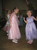 мы танцуем и поем, мы сестренки - все вдвоем