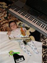 Будущий музыкант с пеленок!