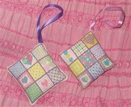 Пара пэчворковых подушечек в подарок подружкам-рукодельницам :)