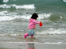 Бегущая по волнам на встречу водной стихии