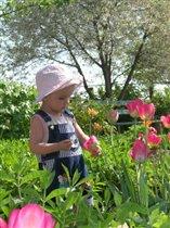 Встречаем лето с тюльпанами (Лизе 1год.1мес.)