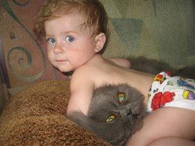 Я котёнка обажаю, очень кребко обнимаю.