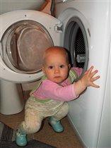 А я маме помогаю,     Я САМА белье стираю!    ;)))