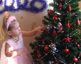А на елки до макушки разноцветные игрушки