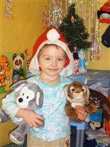 Маленький Дед Мороз с любимыми игрушками