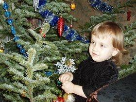 Олечка наряжает елку 2008