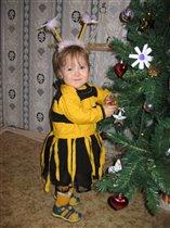 Пчёлка возле ёлки