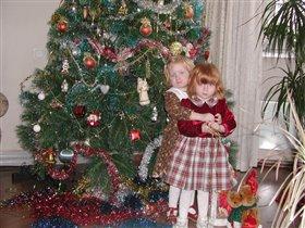 Сашенька и Машенька у Рождественской елки.