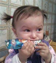 Дашулька-сладкоежка :))