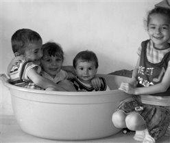 Сыночек с троюродным братиком и сестричкой