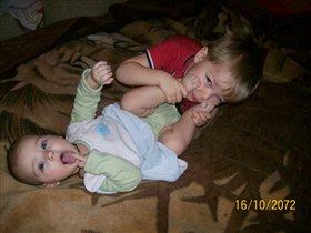 Обнимашки с сестрёнкиными пяточками =)