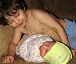Ручки мама спрятала и сказала: 'Спать!' Ну а мне так хочется братика обнять!