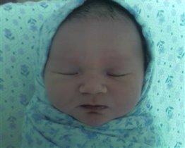 Алисе четыре часа после рождения