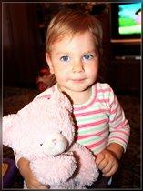 Полина со своей любимой игрушкой мишкой