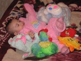 Машенька в окружении своих любимых игрушек
