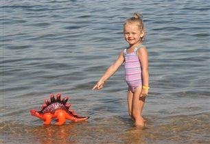 Варя, с любимым динозавром не расставалась даже на море.