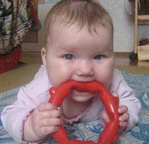 Кристиночка с любимой игрушкой.