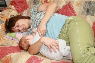 Кормление лежа: голова малыша на руке