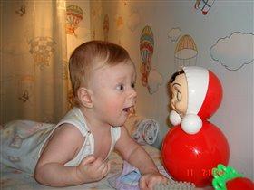 Любимая игрушка Саши: Маша-Неваляша