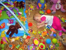 Все игрушки разбросала и немножечко устала!