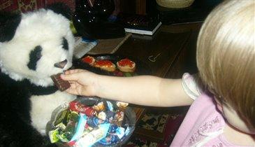 Анюта кормит Мишку мишкой.