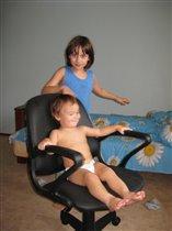 утренняя развлекаловка - катание на мамином стуле