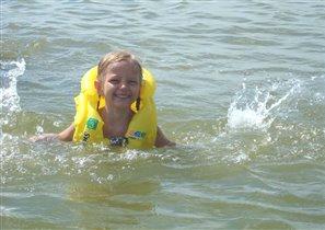 Плавать ещё не умею, но зато брызгаюсь замечательно!!!!