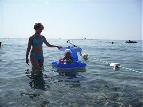 Алиса с мамой на море
