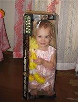 С любимой куклой и в огонь, и в воду, и в коробку.