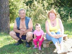 Янка с бабушкой и дедушкой.