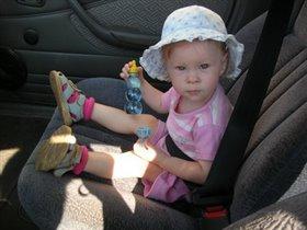 Аришок в авто...как взрослая:)