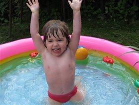 УРА!!!!  Я первая в заплыве на 100 метров.