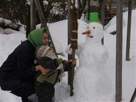 Вот какого снеговика мы слепили с бабушкой! Дадим ему метлу в руки и будем дружить!