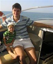 папа с сыном очень похожи - даже моськи одинаковые строят :)