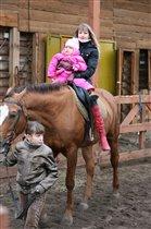 Лиза с мамой на лошадке