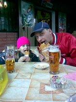 Иришка с папой 'даже едим одинаково:-)'