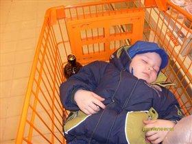 Никитка спит...он устал)