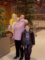 Бабуля с внуками.