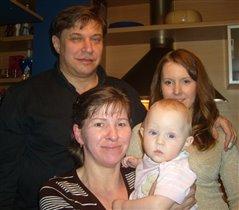 Это наша семья. Мама , папа, бабушка и я!!!