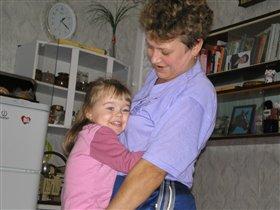 Крепко бабушку держу - ни за что не отпущу!