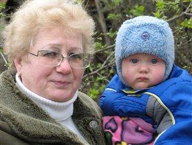С бабушкой на прогулке.