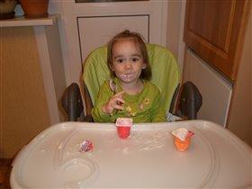 Маша кушает творожок