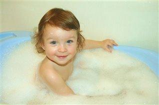 Маленькая девочка сидит в ванне с пеночкой!!!