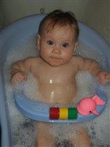 Красавица купается