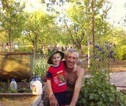 Дед и внук на даче