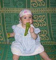 Любит Катя погрызть свежий салатик).
