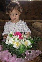 Алёнка. день рождения , папа подарил цветочки