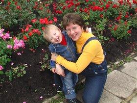 С любимыми сыночками. Один 'цветок жизни' в руках, второй - в животе ;-)