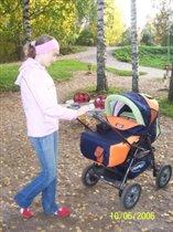 С старшей сестрой Алёной на прогулке.