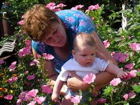 С бабушкой в ее цветнике